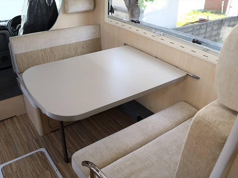 広いテーブルを囲み快適な空間