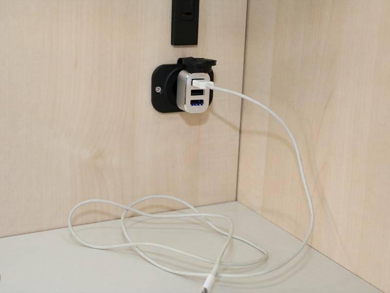 携帯スマホ充電用 USBソケット(ケーブルはご持参ください)
